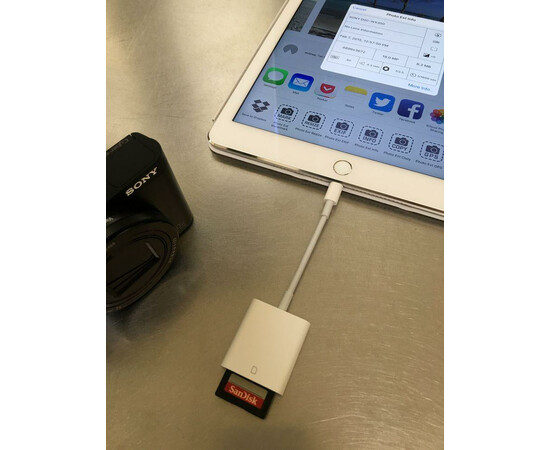 Apple Адаптер Lightning to SD Card Reader (MD822) вид с ноутбуком